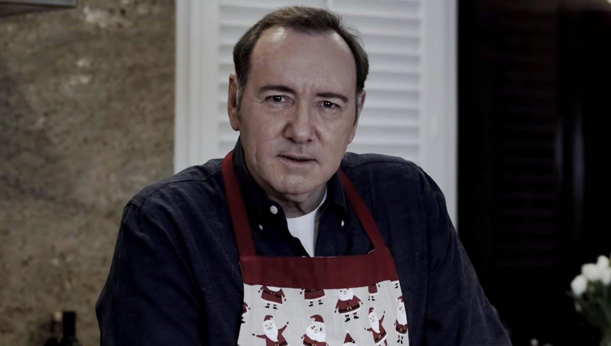 """Afastado de House of Cards e outros projetos por causa de uma série de acusações de assédio, Kevin Spacey reaparece como Frank Underwood no Natal e pergunta """"Você sente a minha falta?"""""""